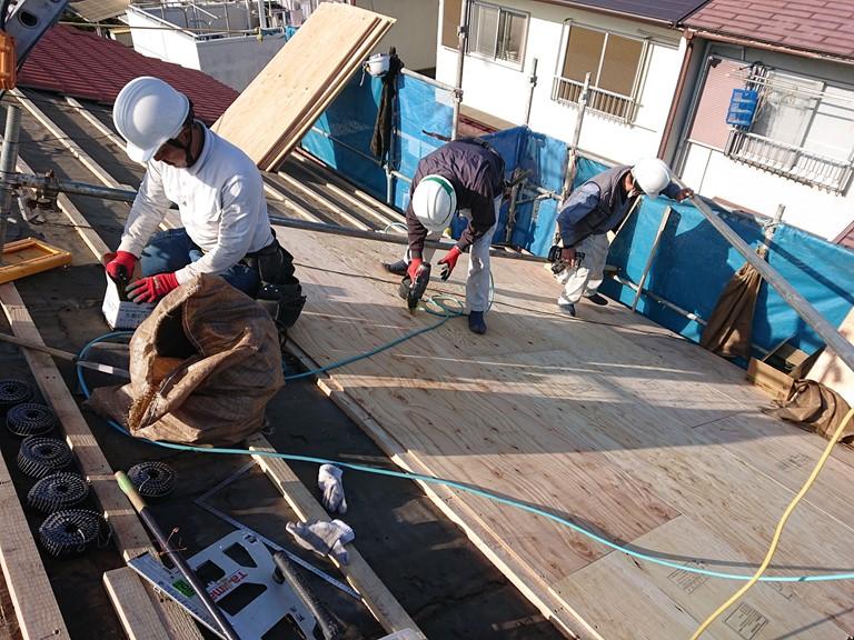 岩出市の屋根の葺き替えを行うのに野地板の下地を張り付け上から野地板を貼っていく様子の写真