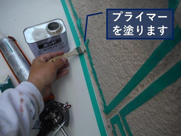 和歌山市の雨漏り修理で外壁の取合いにしっかりとプライマーを塗ります