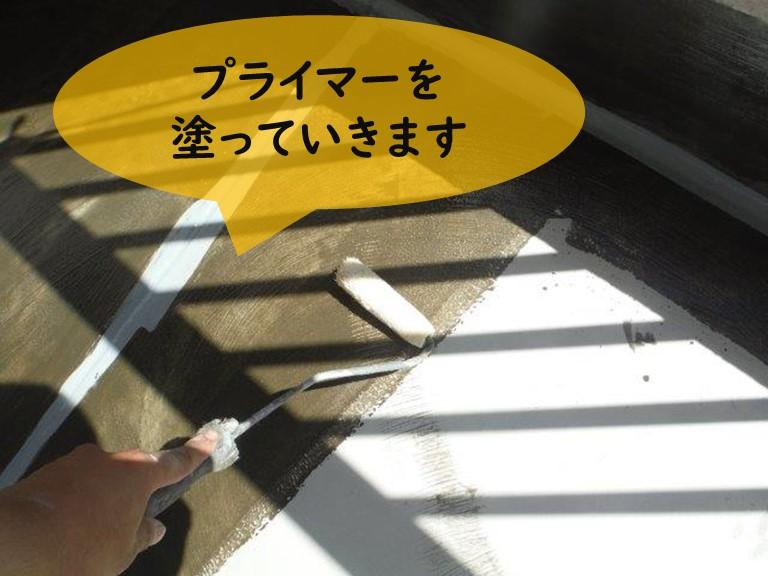 和歌山市の防水工事でプライマーを塗っていきます