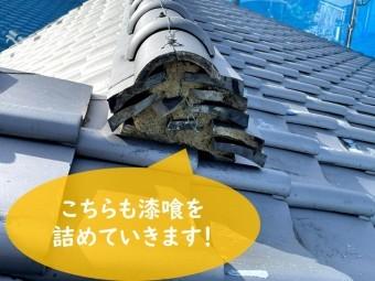 紀の川市で瓦の漆喰が取れて土が見えており、新しく漆喰を詰めていきます