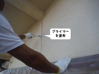 岩出市の外壁の目地にプライマーを塗布
