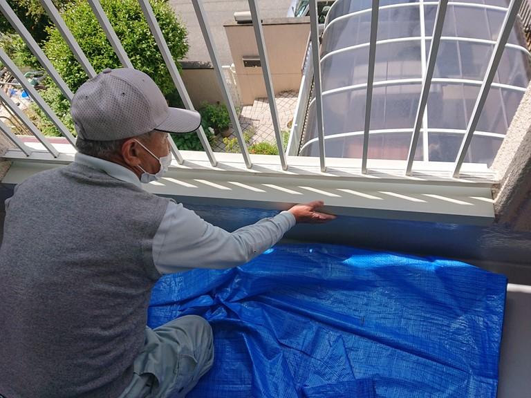 和歌山市でカラーステンレスの笠木を板金職人が固定していきます