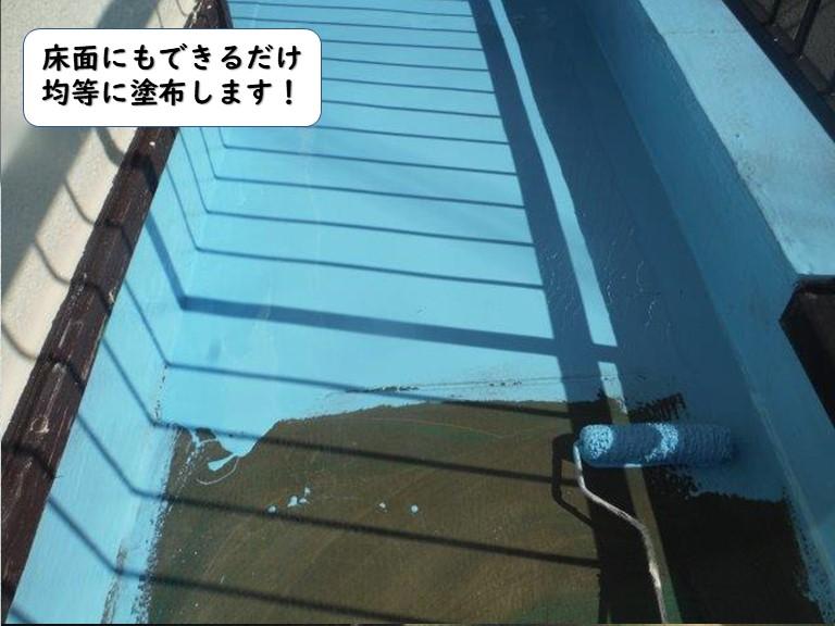 岩出市のベランダの床面にもできるだけ均等に塗布します