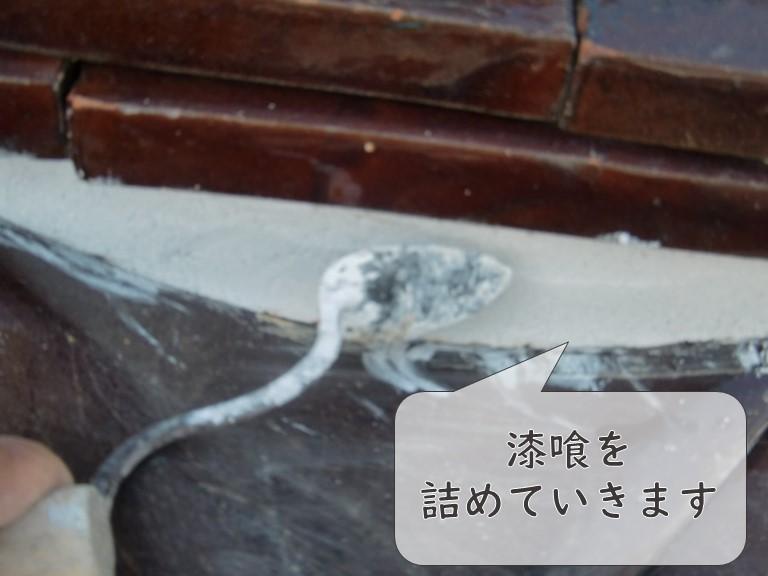 和歌山市の漆喰工事で漆喰を詰めていきます