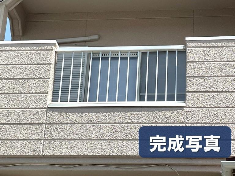 和歌山市でカラーステンレスの笠木をベランダの立ち上がり壁に設置し完成して外側からみた写真